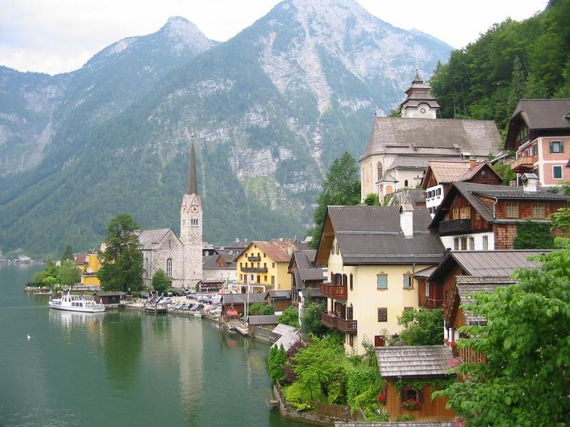 Городок на берегу озера. Фото. Картинка